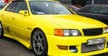 Carro amarelo ilustra o procedimento de rebaixar o carro
