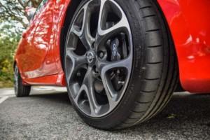 Carro vermelho ilustra o funcionamento de empresa de inspeção para veículos