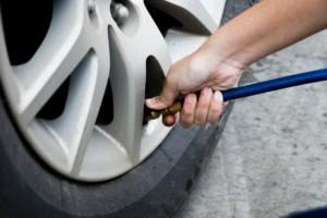 Uma empresa de inspeção para veículos enche o pneu do carro