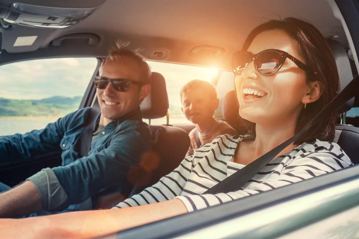 família feliz em viagem no carro com cheiro de novo