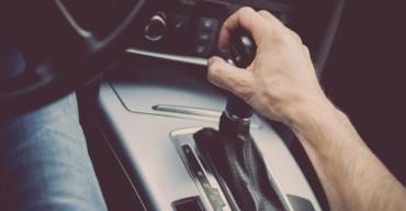 Mão passa a marcha do câmbio automático