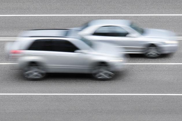 veículos em meio à ultrapassagem segura