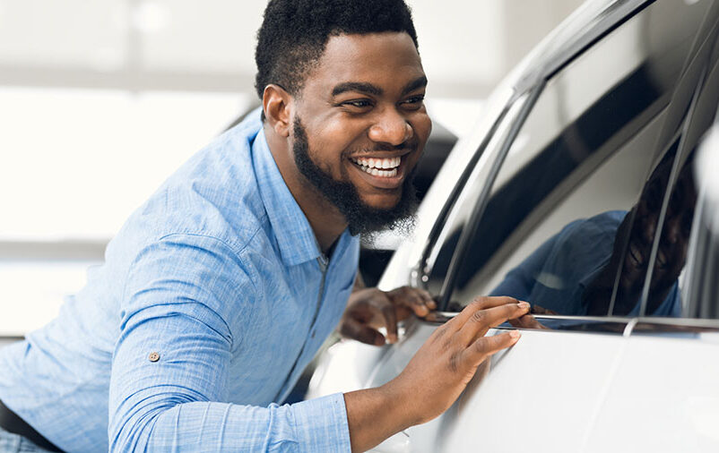 Na imagem vemos um homem descobrindo os benefícios da blindagem de carros.