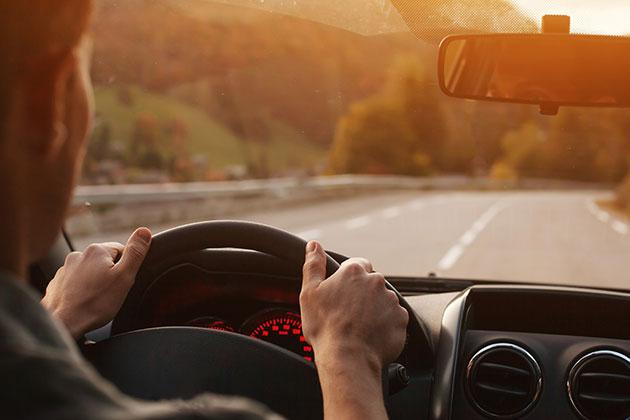 Na imagem observamos um homem que já conhece os benefícios da blindagem de carros.
