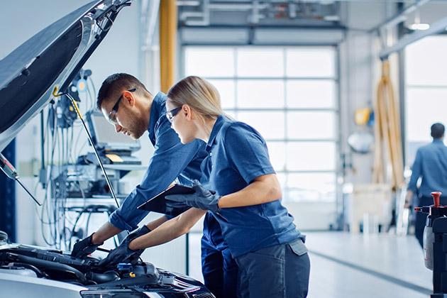 Profissionais checam carros modificados na oficina mecânica