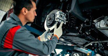 Mecânico está fazendo alterações em carros modificados