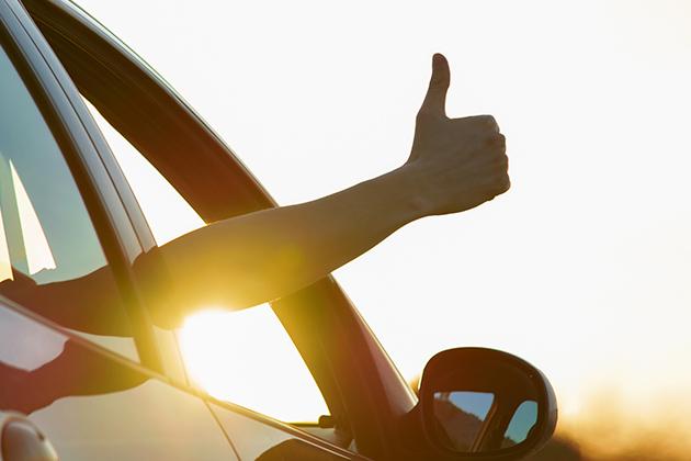 """Sinal de """"joinha"""" durante uma viagem de carro segura"""